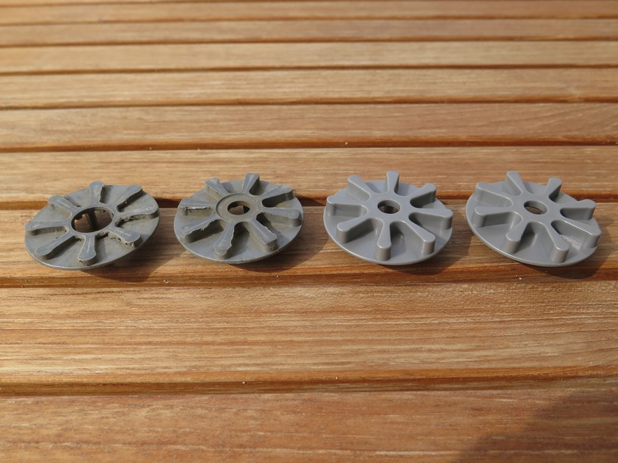 On the left, the old cogs. Compared to the ones on the right, they are badly worn.