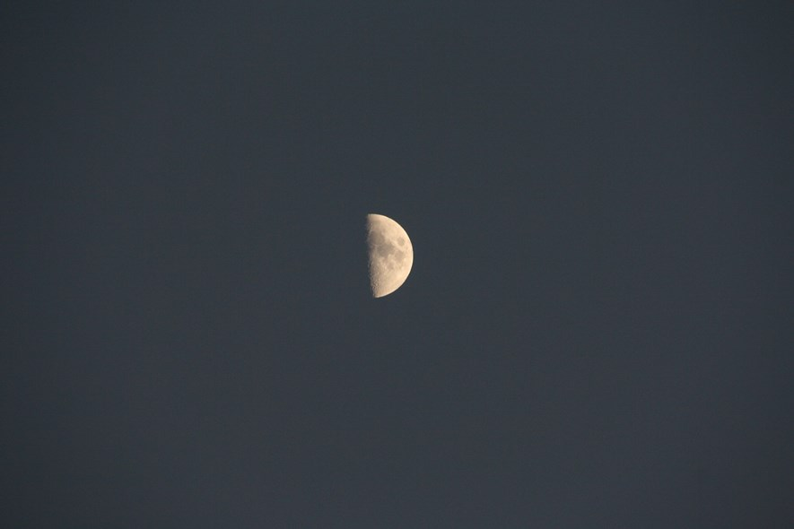 Waking moon (f/6.3, 270mm)
