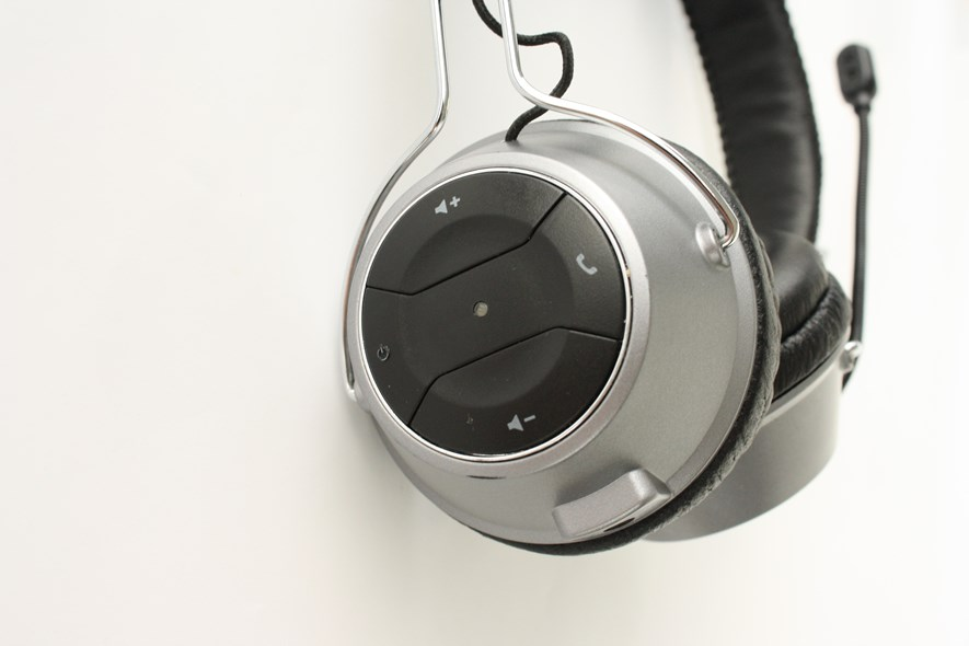 The buttons of the Creative headset. The on/off/charging indicator is placed in the middle here as well.