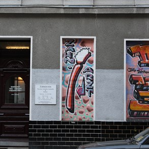 East Berlin was full of graffiti. But this one is quite creative, serving as a sign for a dental practice (Zahnarzt means dentist).